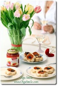 Tartaletki z ciasta francuskiego z pomidorami