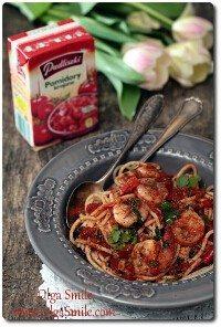 Makaron z pikantnymi krewetkami i pomidorami