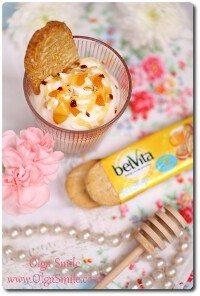 Jogurt z owocami, miodem i skórką cytrynową z ciastkami belVita