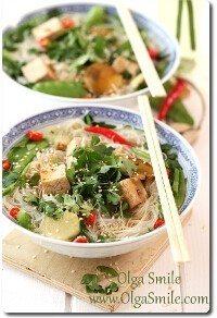 Zupa chińska z tofu, makaronem ryżowym, groszkiem i sezamem