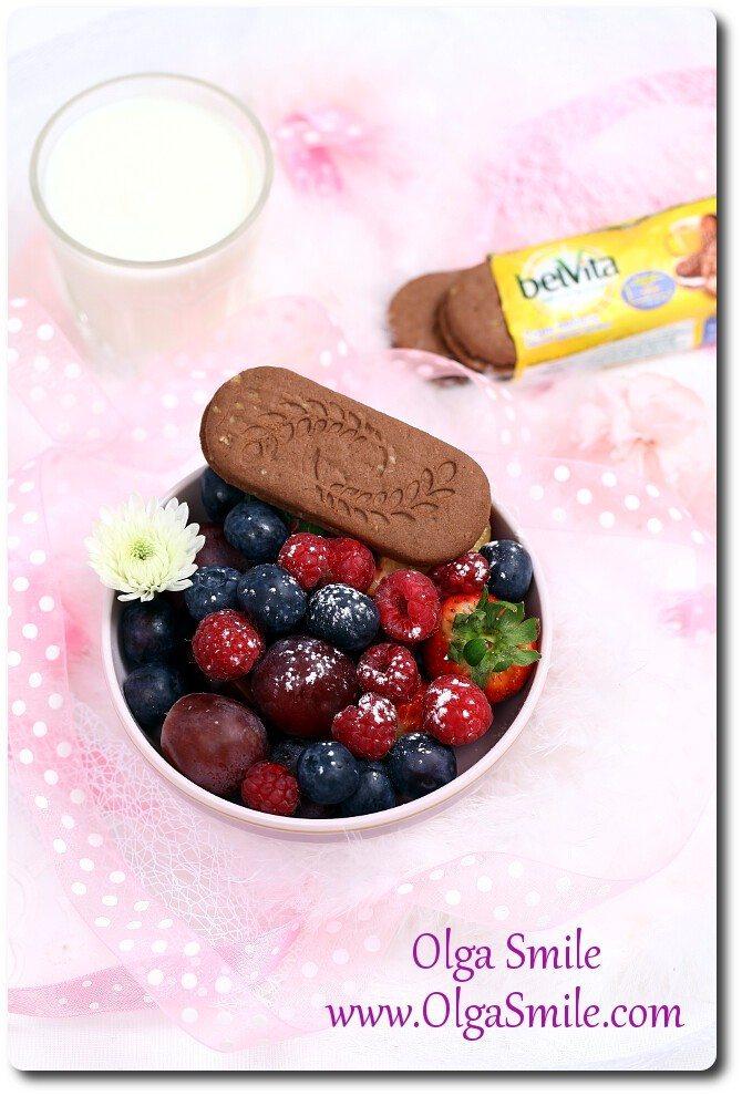 Śniadaniowa miska owoców z ciastkami belVita