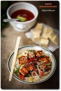 Miska zupy z marynowanym tofu