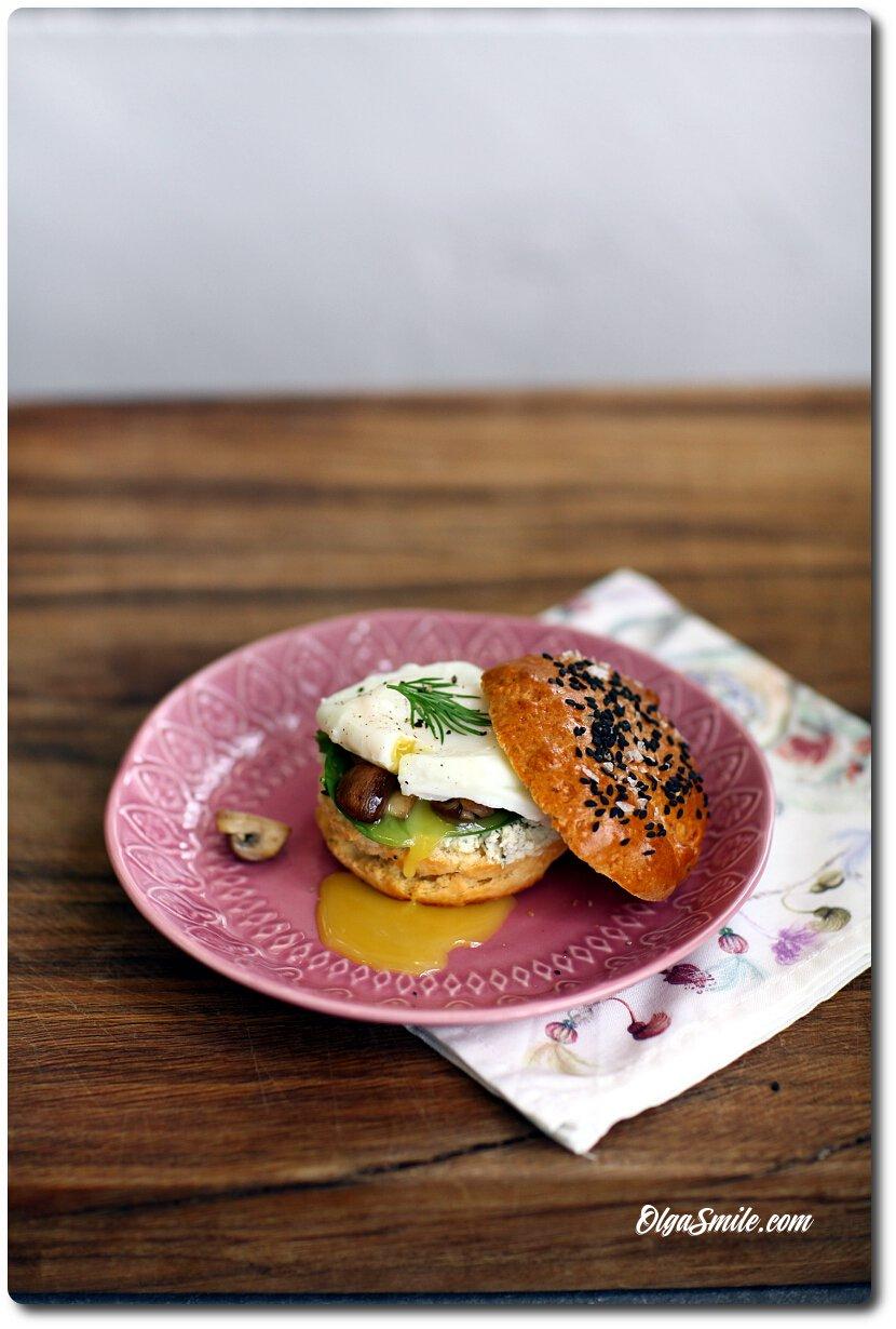 Angielskie scones pieczone, podane z serkiem Almette ze szpinakiem i czosnkiem oraz jajkiem w koszulce