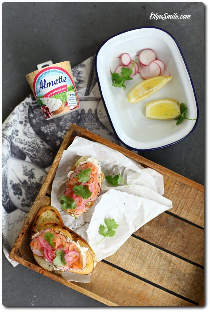 Grzanka z wędzonym łososiem i serkiem Almette z rzodkiewkami