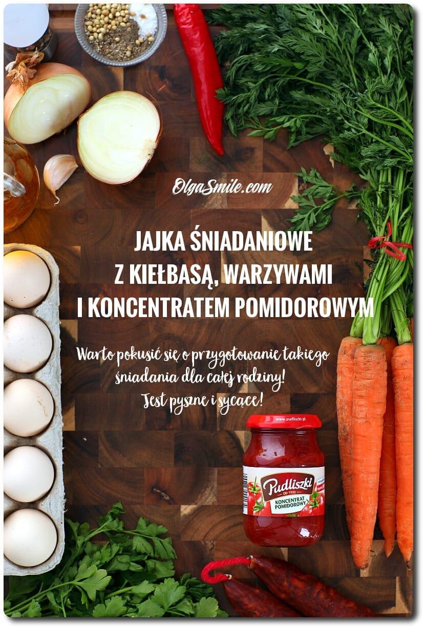 Jajka śniadaniowe z kiełbasą, warzywami i koncentratem pomidorowym
